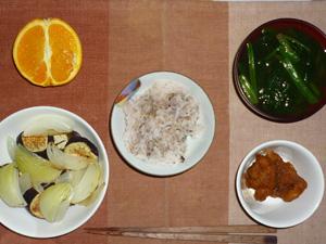 胚芽押麦入り五穀米,鶏の唐揚げポン酢ソースかけ,焼き野菜(茄子,玉ねぎ),ほうれん草のおみそ汁,オレンジ