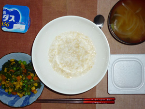 玄米粥,納豆,ほうれん草とミックスベジタブルのソテー,玉ねぎのおみそ汁,ヨーグルト
