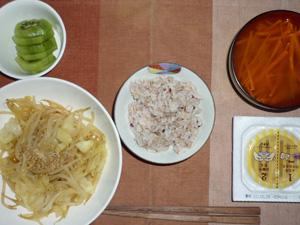 胚芽押麦入り五穀米,納豆,野菜の蒸し煮,人参のおみそ汁,キウイフルーツ