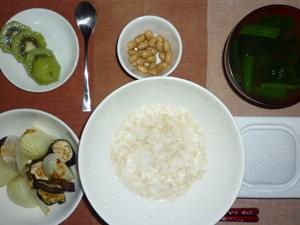 玄米粥,納豆,焼き野菜,煮豆,ほうれん草のおみそ汁,キウイフルーツ