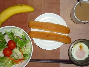 スティックパン×2,サラダ,目玉焼き,バナナ,コーヒー