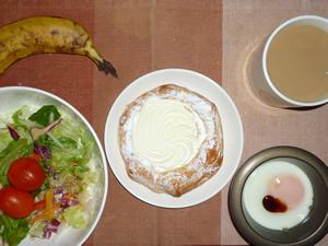 レアチーズホイップデニッシュ,サラダ,目玉焼き,バナナ,コーヒー