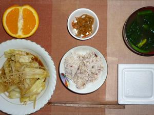 胚芽押麦入り五穀米,納豆,キャベツともやしの胡麻蒸し炒め,キンピラゴボウ,ほうれん草のおみそ汁,オレンジ
