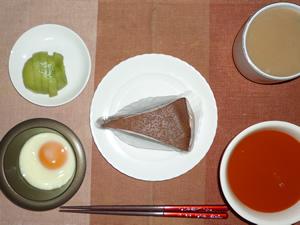 チョコレートケーキ,目玉焼き,野菜ジュース,キウイフルーツ,コーヒー