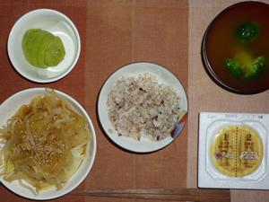 胚芽押麦入り五穀米,納豆,もやしとキャベツの蒸し煮込み,ブロッコリーのおみそ汁,キウイフルーツ