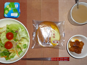 クリームどら焼き,サラダ,鶏の唐揚げ,ヨーグルト,コーヒー
