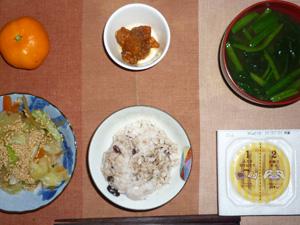 胚芽押麦入り五穀米,納豆,鶏の唐揚げ,蒸し野菜炒め,ほうれん草のおみそ汁,みかん