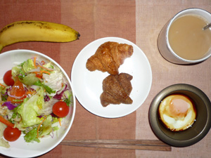 クロワッサン(チョコ,プレーン)サラダ,目玉焼き,バナナ,コーヒー