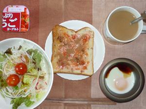 イチゴジャムトースト,サラダ,目玉焼き,コーヒー,ヨーグルト