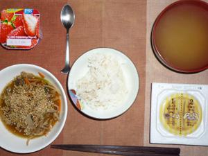胚芽押麦入りご飯,納豆,野菜炒め,ワカメのおみそ汁,ヨーグルト