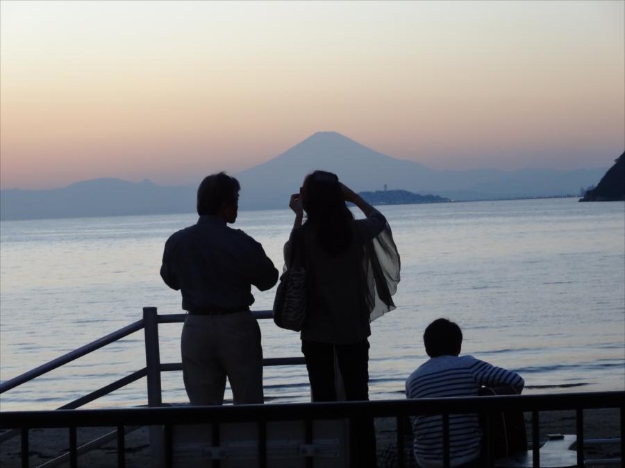 逗子海岸富士山背景江ノ島男女