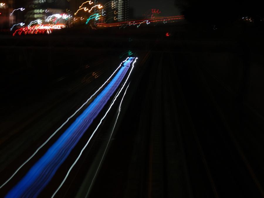品川八つ橋から鉄路電車の光流れ
