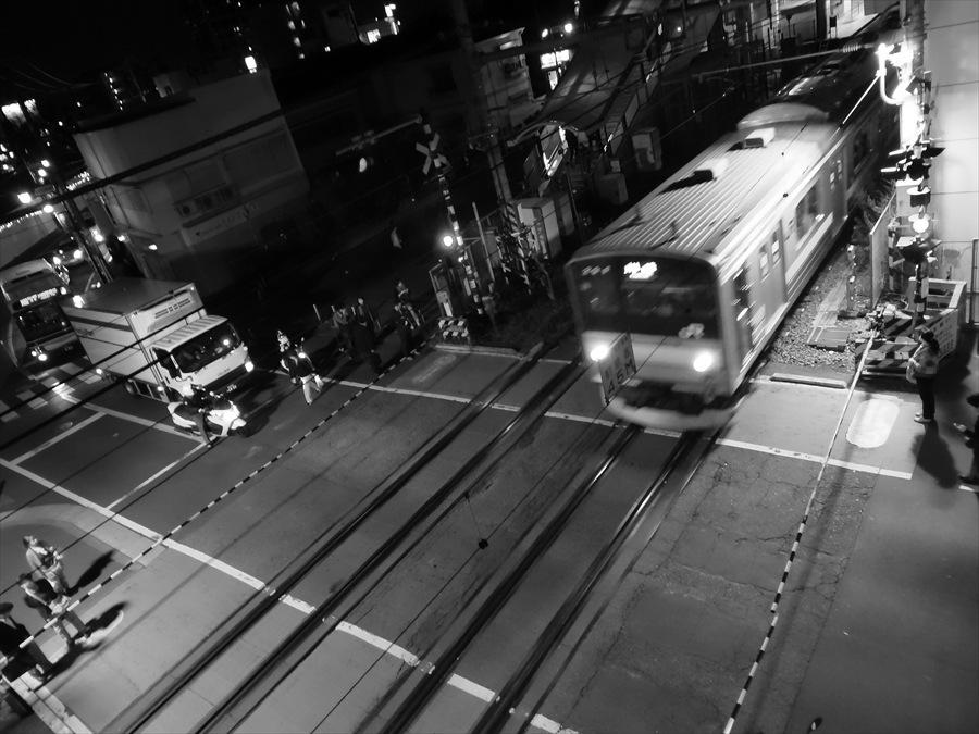 鹿島田踏切電車出発
