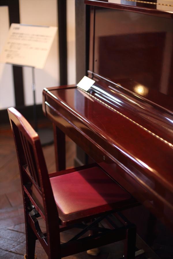 横浜洋館テーブル装飾ピアノ03