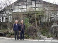 H240423蕎麦の「美田村」の前で