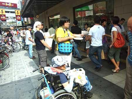 2012年8月11日、街頭募金