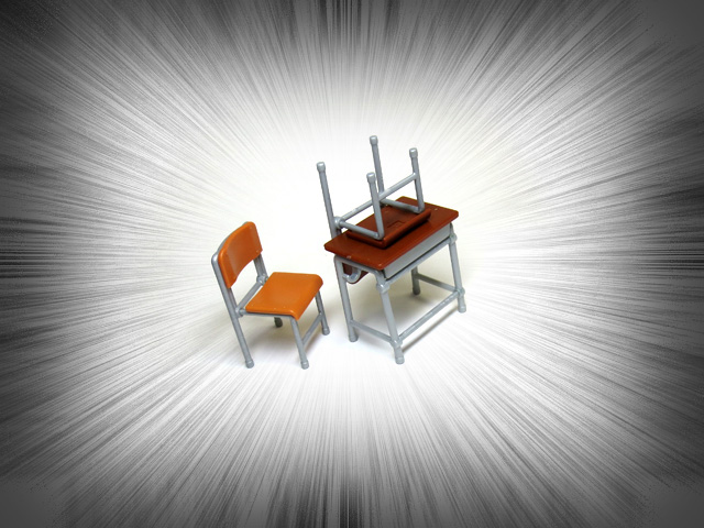 The_desk_and_chair_of_a_school_01.jpg