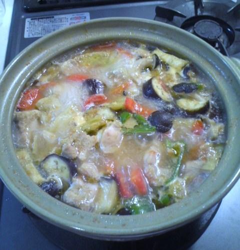煮えたぎるグリーンカレー鍋