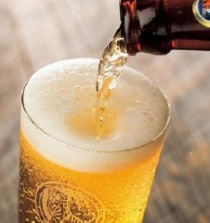 グラスに注がれる冷えたビール