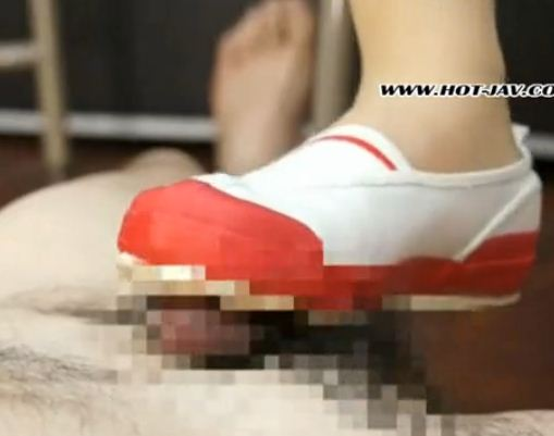 新人女教師がパンストに上履き姿で金蹴り靴コキのサンプル画像4
