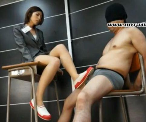 新人女教師がパンストに上履き姿で金蹴り靴コキのサンプル画像1