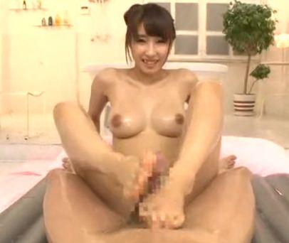 美乳グラマーボディなソープ嬢がローション生足コキのサンプル画像3