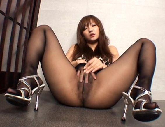 パンスト美脚の足裏やつま先を舐めて淫語足コキで射精のサンプル画像4
