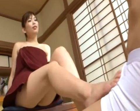 ドスケベ熟女のグラマーなムチムチ生足で近親相姦足コキのサンプル画像1