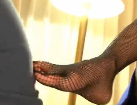 淫乱で美人な桜木凛の網タイツ脚コキ&エロフェラで射精のサンプル画像1