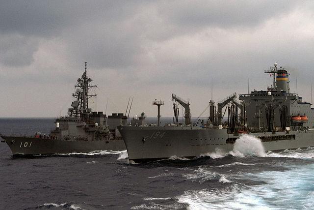 米補給艦ジョン・エリクソンから洋上補給を受ける「むらさめ」