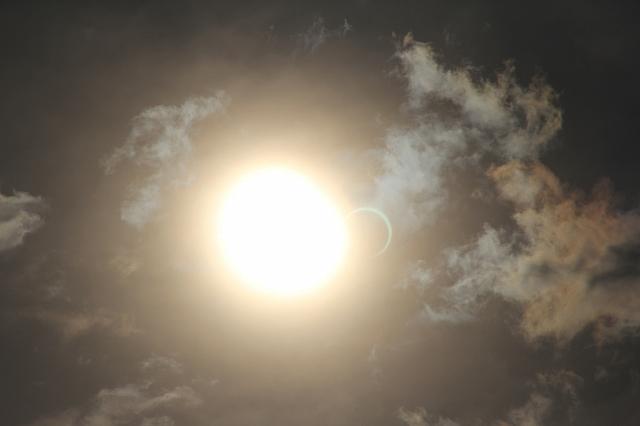金環日食がほぼ完成。彩雲になっている様子。_1