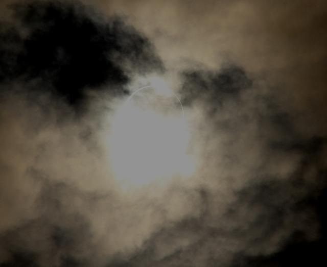 金環日食がほぼ完成。彩雲になっている様子。_4