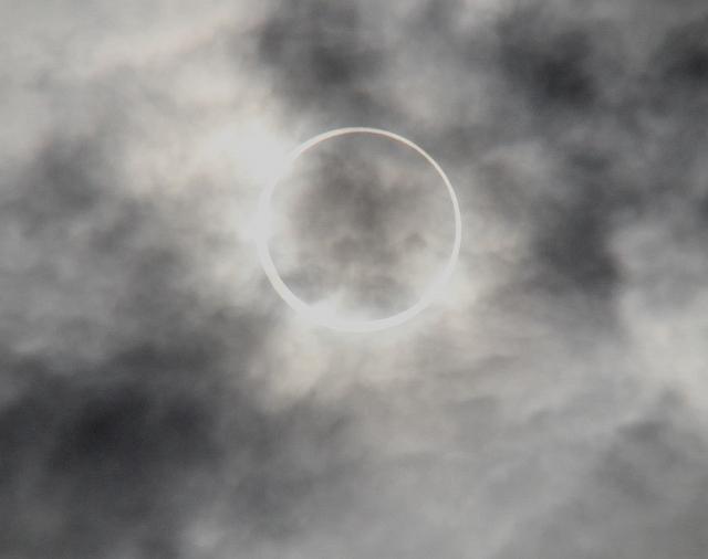 金環日食がほぼ完成。彩雲になっている様子。_8