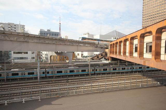 直ぐ前に列車やモノレールが見え、遠くに東京タワーが見える