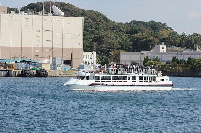 軍港めぐりのクルーズ船_3