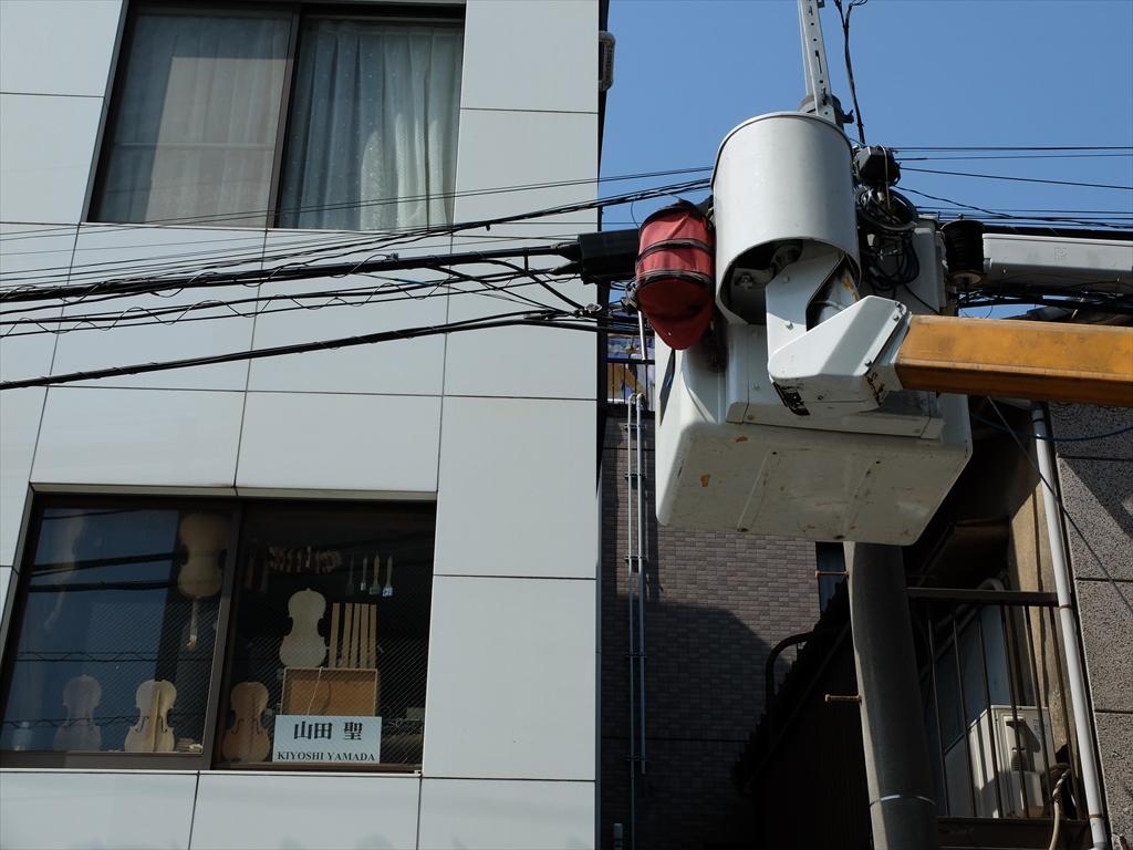 電柱での作業中_1