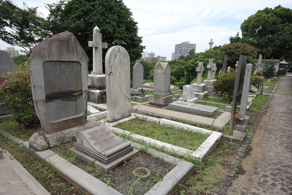 通りから少し背伸びすれば見える墓