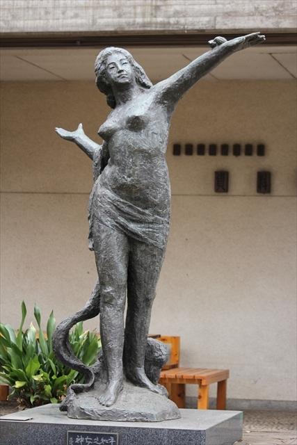 平和の女神立像