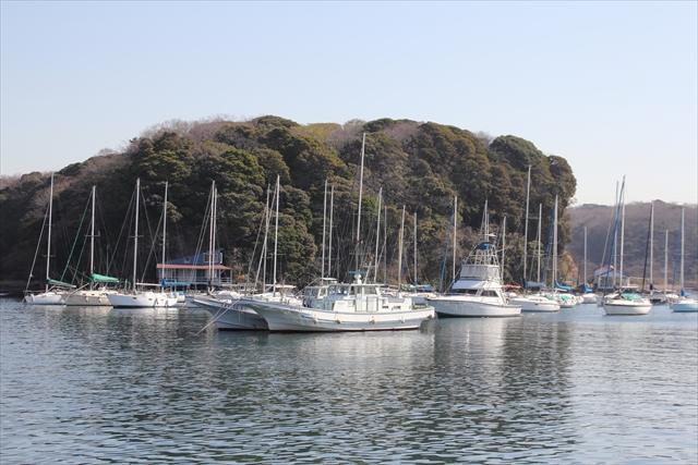 湾内に停泊中のヨット・漁船など_1