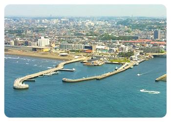 江の島展望灯台から見た片瀬漁港東西プロムナード
