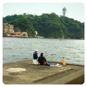 江ノ島側のプロムナードの釣り人