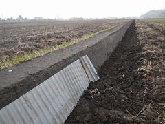 [写真]田んぼの畔塗りをしているところ