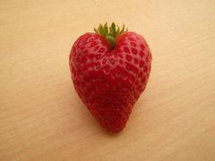 [写真]ハート型のイチゴ(紅ほっぺ)