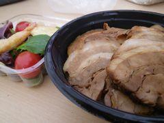 [写真]差し入れにいただいたチャーシュー丼とサラダ