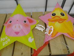 [写真]ブタさんの凧とヒヨコさんの凧