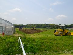 [写真]ベアハウスの隣の畑にブルドーザーで土を入れ始めた様子