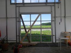 [写真]台風対策を施した受付ハウスの正面ドア